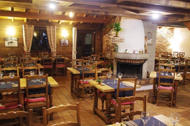 La salle du restaurant bien dressée