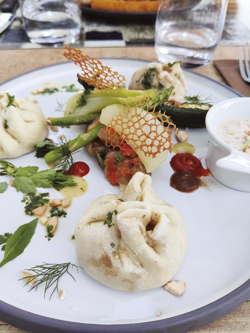 Le Végé coloré : Bàhn bao aux légumes grillés, fromage blanc coriandre/combawa & noix de cajou