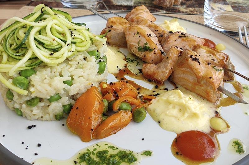 Saumon & Garfunkel : Brochettes de saumon mariné, riz à la crème d'ail & sabayon au citron confit